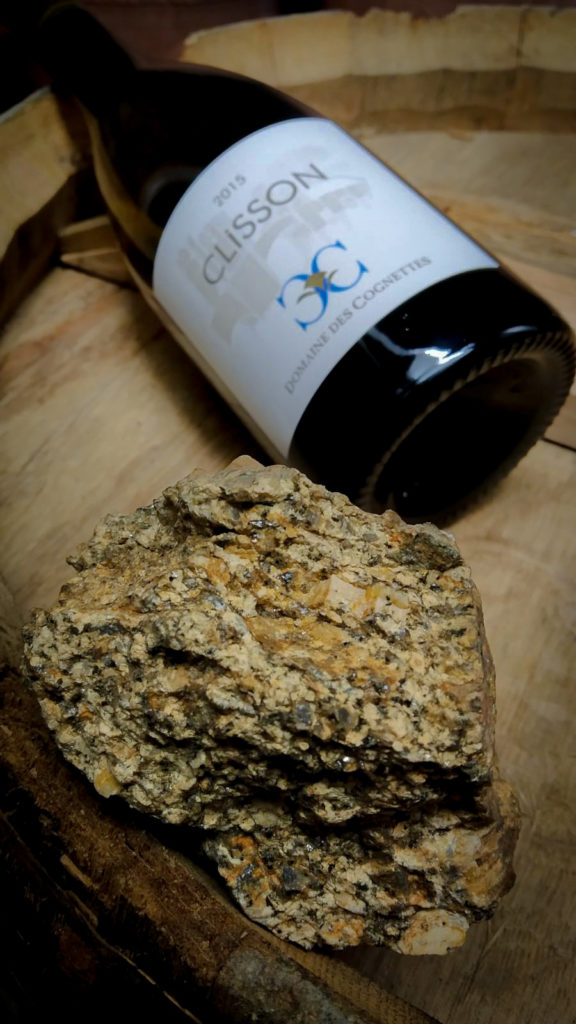 Granite et bouteille de cru Clisson sur un tonneau